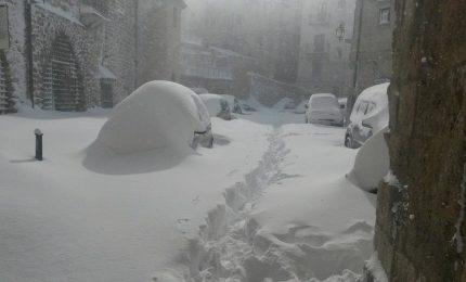 Chiuse le scuole di Petralia per la neve: invece una donna per partorire può affrontare un viaggio con le strade innevate?