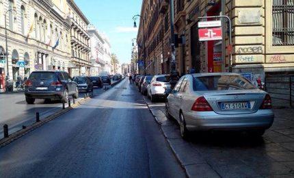 'Autorità' a Palermo: parlano di legalità con le auto parcheggiate sul marciapiede!