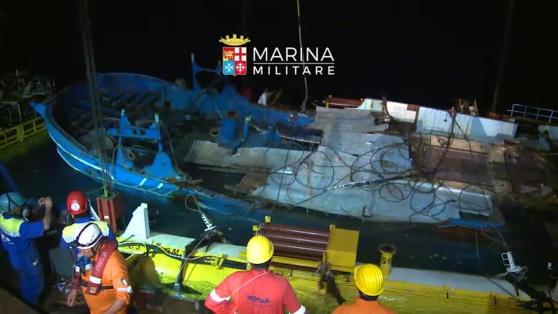 La beffa del barcone recuperato: niente soldi ai medici per l'identificazione dei cadaveri