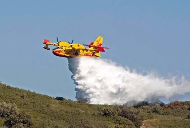 Non è che, per caso, i Canadair che spengono gli incendi in Sicilia si riforniscono di acqua a mare?