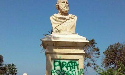 """Marsala non si arrende: ancora""""Pirata assassino"""" sul busto di Garibaldi. Mentre la massoneria..."""