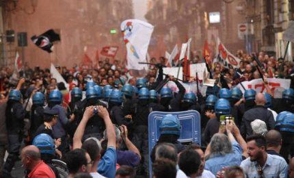 """Una folla 'festante' ha salutato ieri il capo del Governo a Catania al grido di """"Cacciamo Renzi"""" e """"Fascisti!"""""""