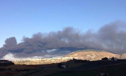 L'incendio di Alcamo: vi raccontiamo perché si danno alle fiamme i centri di stoccaggio dei rifiuti