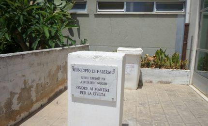 Vandali alla scuola dello Zen, danneggiata la statua di Falcone