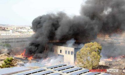 Canicattì come Alcamo: bruciano i rifiuti, fumo nero e paura. Chi c'è dietro i criminali del fuoco?