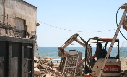 Una legge dell'Ars blocca le demolizioni delle case abusive. La denuncia di Claudia Mannino