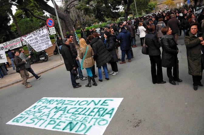 Formazione, lo scontro si fa duro: manifestazioni di protesta a Palermo e a Roma