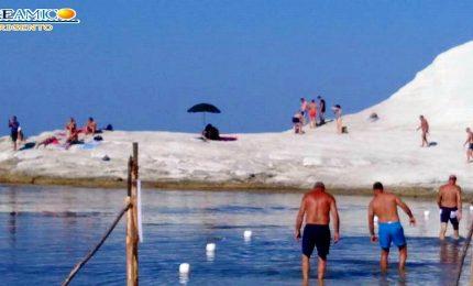 Come si distrugge Scala dei Turchi: gli ombrelloni conficcati nella marna bianca!