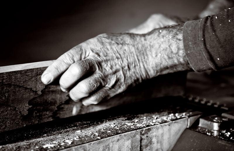 Diario di un cronista a Palermo/ A 68 anni, senza pensione, tubi di metallo in spalla per cadere a terra
