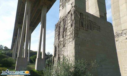 Incredibile: i piloni del Viadotto Morandi di Agrigento che si sbriciolano con le mani! (VIDEO)