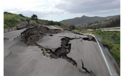 La Sicilia cade a pezzi tra dissesti e abbandono. Il 'caso' della 'monnezza' di Palermo/ MATTINALE 2003