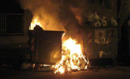 Rifiuti abbandonati (e dati alle fiamme) a Palermo, il Comune prende in giro se stesso e i cittadini