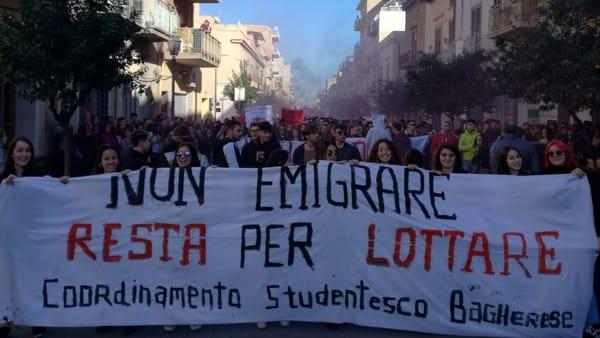 """A Bagheria protesta degli studenti: """"I francesi ci insegnano che la lotta paga"""""""