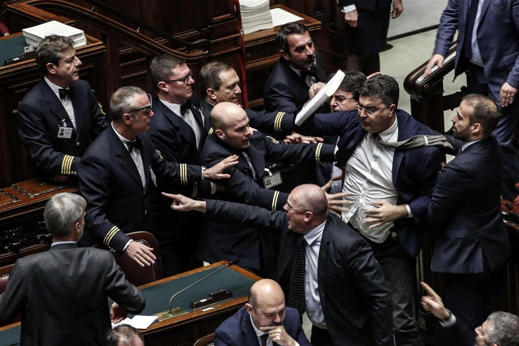 Montecitorio approva la manovra giallo-verde mentre PD e Forza Italia fanno la 'bile'/ MATTINALE 237