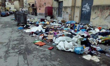 Palermo tra munnizza nelle strade (dissestate), roghi, ZTL e interi quartieri al buio