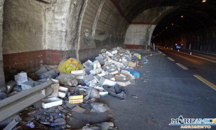 Cumuli si rifiuti dentro la galleria tra Agrigento e Raffadali: e se si incendia? (VIDEO)