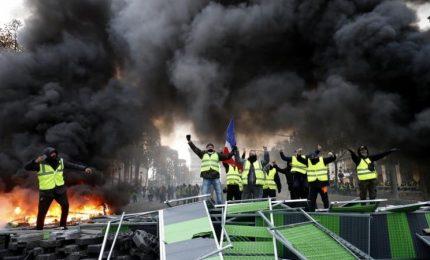 Francia, Gilet gialli di nuovo in piazza: Macron non ha ancora capito che deve andare via