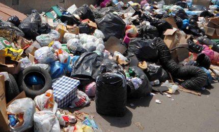 Rifiuti per le strade, a Roma è 'emergenza'. E a Palermo cos'è? (TRE VIDEO)