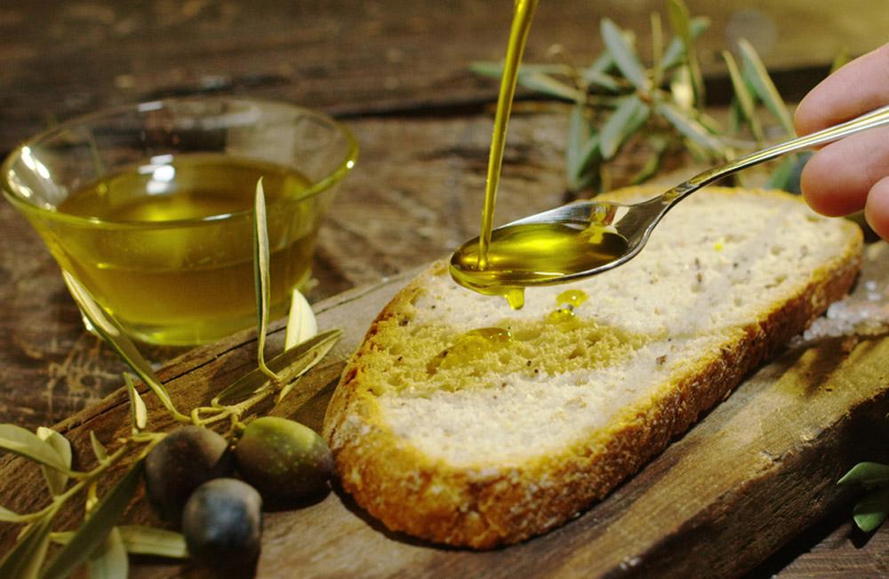 """Olio d'oliva di """"provenienza sconosciuta"""" che diventa extra vergine italiano: e noi mangiamo!"""