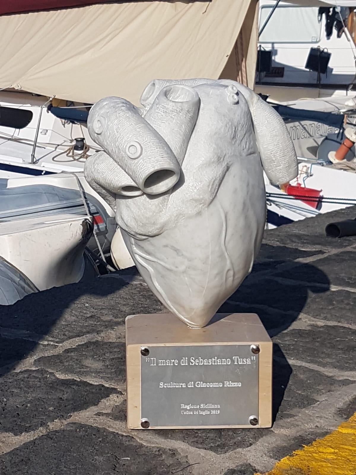Un cuore di marmo nei fondali i Ustica per ricordare Sebastiano Tusa