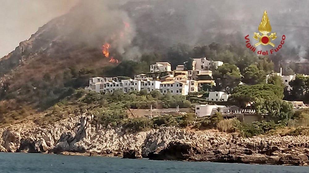 Dopo due anni torna il fuoco a Calampiso (e tornano i Canadair…)