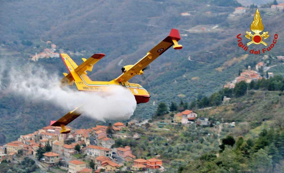 Incendi e stranezze: in Sicilia si 'risparmia' sui forestali, ma arrivano puntuali i Canadair…