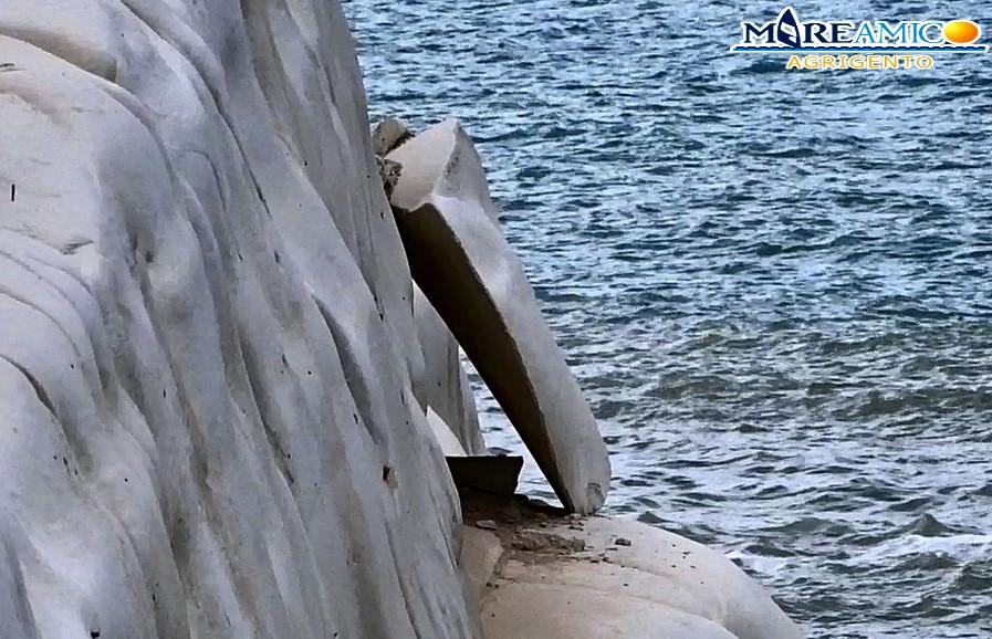 Nuova, rovinosa frana a Scala dei Turchi: troppi turisti, le marne bianche non reggono! (VIDEO)