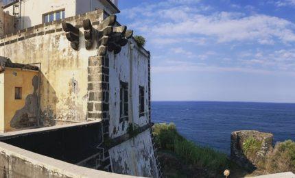 Il Faro di Capo Mulini, tra Acireale e Acitrezza, verrà trasformato in un small luxury hotel (privato!)