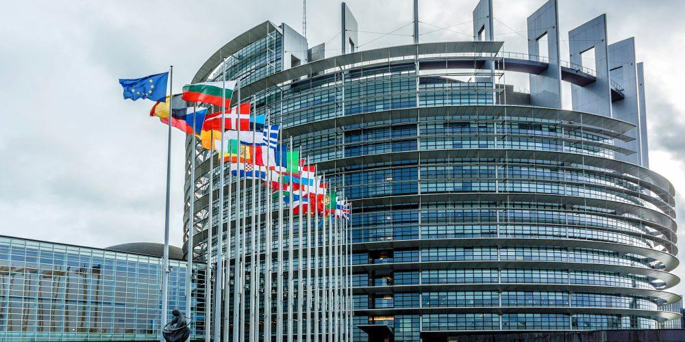 L'ultima del Parlamento Europeo: nazismo e comunismo sono la stessa cosa! Ma picchì un va' cogghinu luppini?