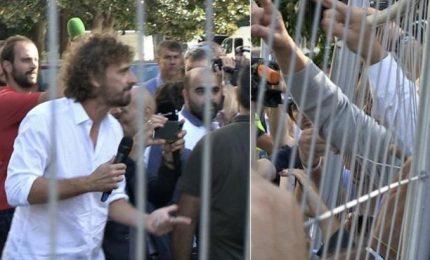 """Attivisti grillini aggrediscono la """"Iena"""" Filippo Roma che voleva intervista Virginia Raggi"""
