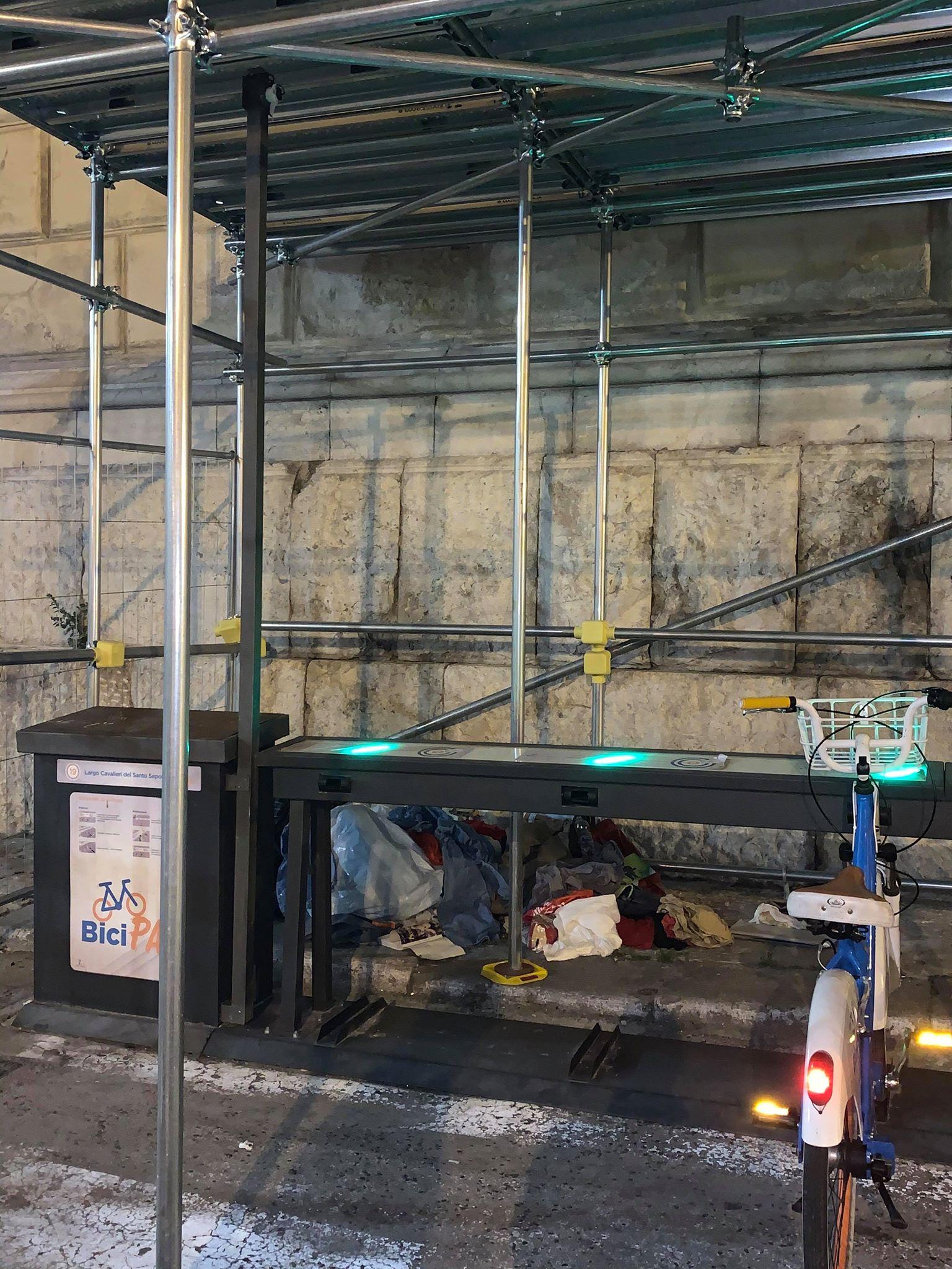 Palermo abbandonata 4/ 'Munnizza' in Piazza Bellini a due passi da Palazzo delle Aquile sede del Comune