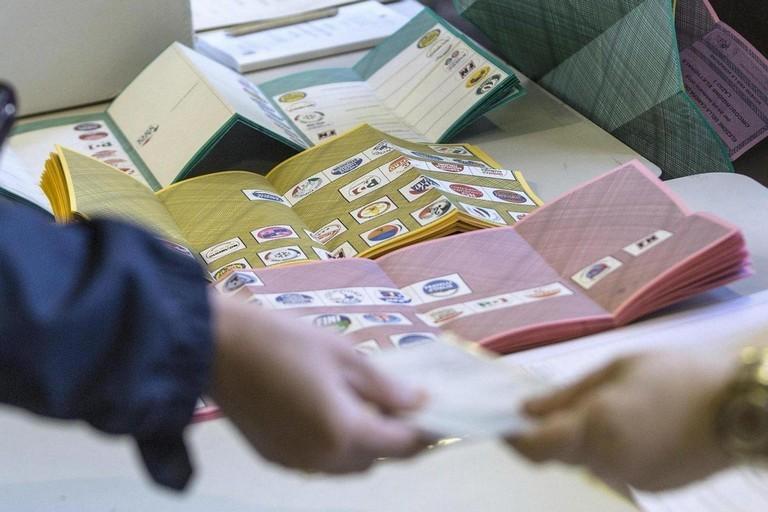 Ma come funziona il voto in Sicilia quando c'è di mezzo la vecchia politica?
