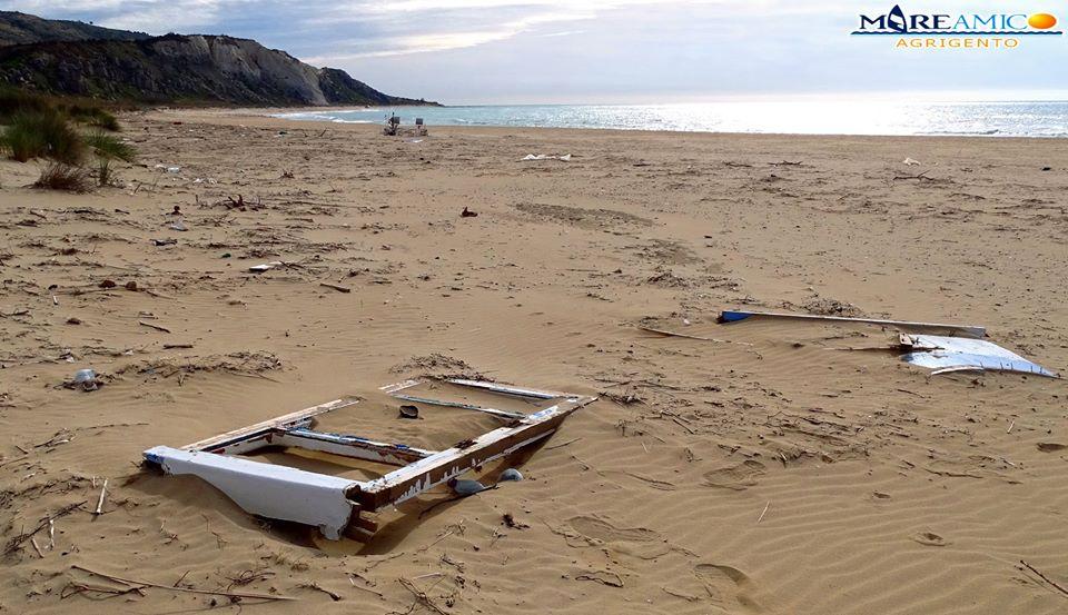 Il mistero del peschereccio naufragato sulla spiaggia di Torre Salsa (VIDEO)