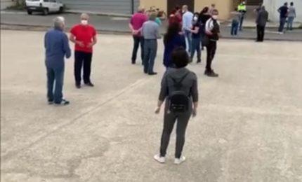 Tutti in fila come in guerra. Per il cibo? No, per ritirare le mascherine... (VIDEO)