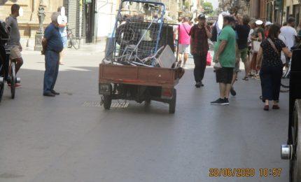 PALERMO-CITTA' 2/ La moto ape che scorrazza ai Quattro Canti tra i turisti...