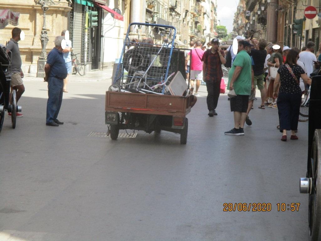 PALERMO-CITTA' 2/ La moto ape che scorrazza ai Quattro Canti tra i turisti…