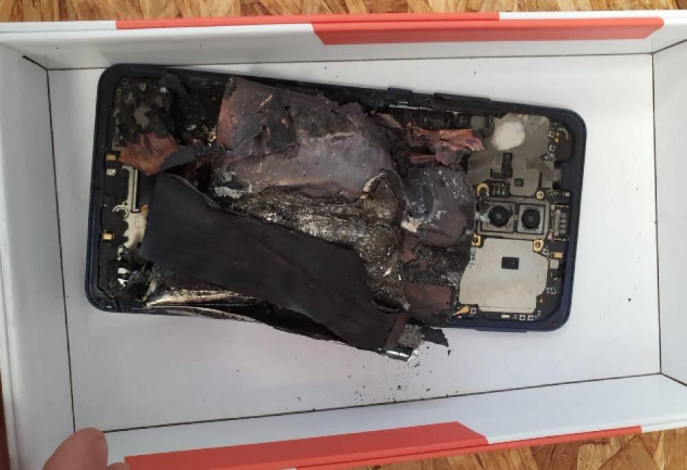 Smartphone sotto carica prende fuoco, scampato incendio a Lecce