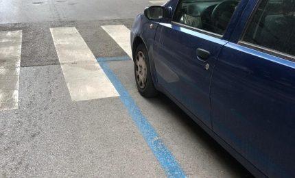 'Casino stradale' a Palermo: strisce pedonali che si sovrappongono alle strisce blu!