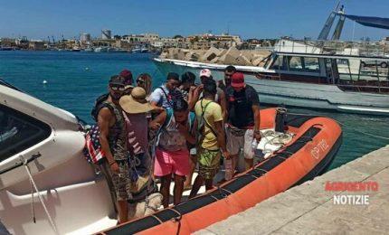 A Lampedusa migranti con occhiali da sole, sigaretta in mano e barboncino! Rimandarli da dove arrivano no?