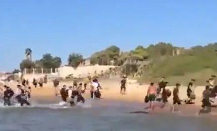 La Sicilia trasformata in Migrantolandia: migranti che arrivano di qua, migranti che scappano di là...
