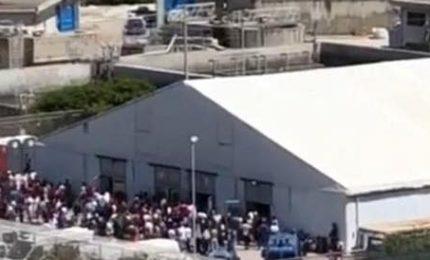 Fuga in massa di migranti anche dalla tensostruttura di Porto Empedocle