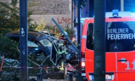 Berlino, un'auto travolge la folla: sette feriti (tre gravi). Si esclude la pista terroristica
