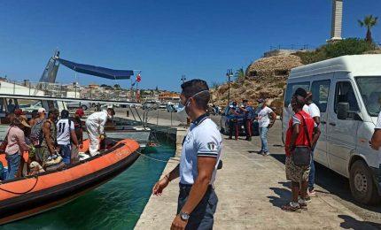 Olé: a Lampedusa è ripreso il 'Festival degli sbarchi'. Sono già mille migranti!
