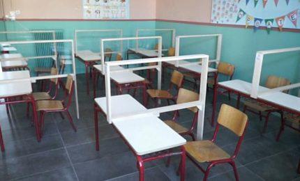 """Banchi di scuola: in Grecia hanno risolto tutto con il plexiglass """"a L"""" spendendo un decimo rispetto all'Italia!"""