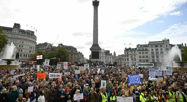 Migliaia di persone in piazza a Londra contro il lockdown. E in Italia? In spiaggia…