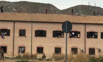 A Siculiana migranti rifiutano la quarantena e salgono sul tetto del Centro di accoglienza