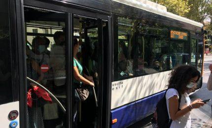 Palermo, nel bus 101, tutti insieme come le sardine sotto sale, alla faccia del Coronavirus...