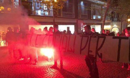 Napoli: tanta gente in strada contro le restrizioni del presidente Vincenzo De Luca (VIDEO)