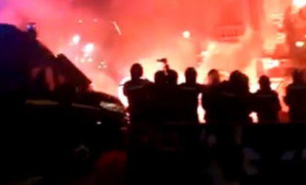Palermo, la manifestazione contro il DPCM di Conte si trasforma in una guerriglia urbana con bombe carta e feriti