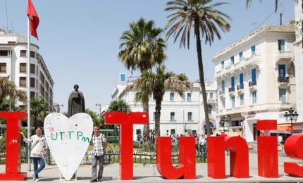 In Tunisia c'è il coprifuoco per l'emergenza Coronavirus e noi facciamo arrivare da lì in Sicilia i migranti?/ MATTINALE 475
